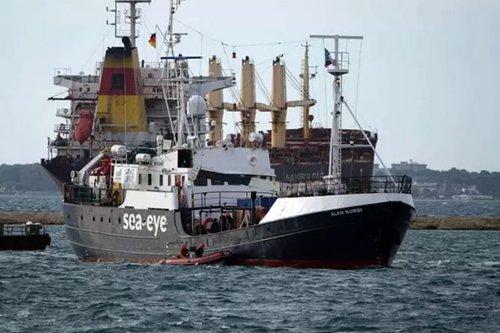 Barco con bandera alemana rescata a 133 migrantes en Mediterráneo
