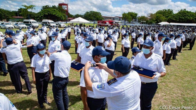 Condecoración y ascensos en grados a 170 hombres y mujeres del MIGOB Managua. Radio La Primerísima