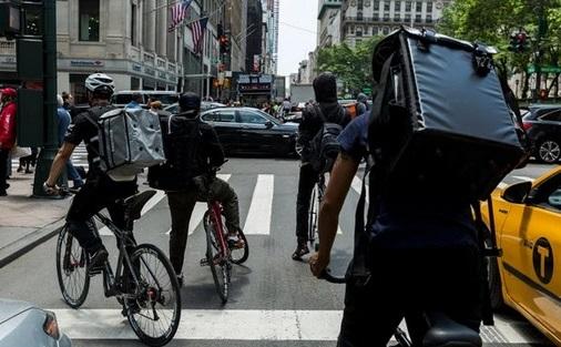 Latinos repartidores de comida piden ayuda tras robos Nueva York. Agencias