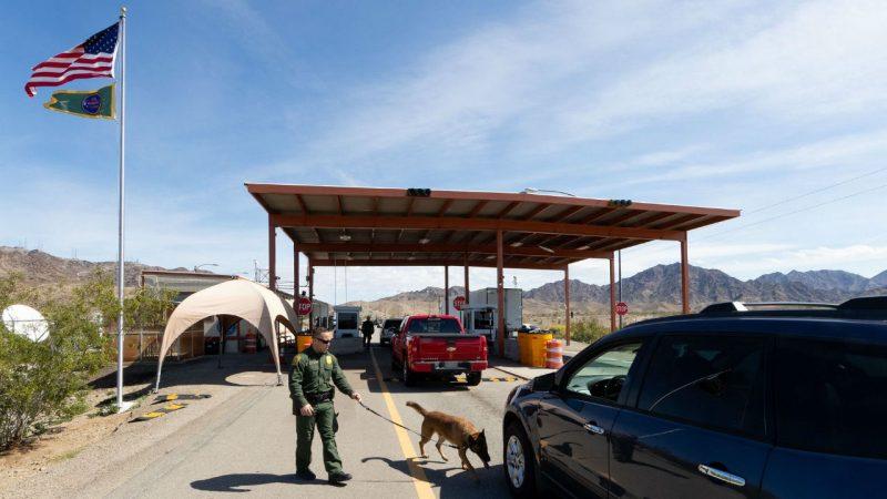 Descubren a 100 migrantes en un camión de remolque en Texas Laredo, Texas. Conexión Migrante