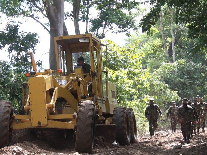 Ejército participa en rehabilitación de caminos afectados por huracanes
