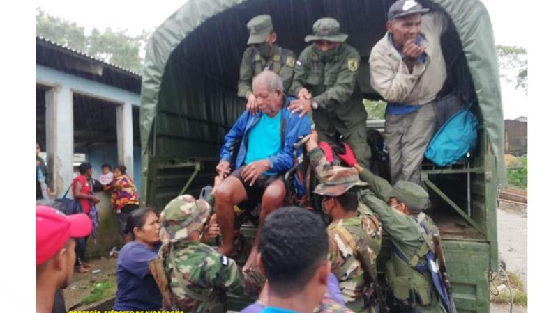 Ejército realiza traslado de personas y ayuda humanitaria Managua. Radio La Pirmerísima