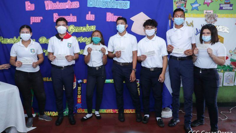 Bachilleres de Managua inician a recibir bono complementario Managua. Radio La Primerísima