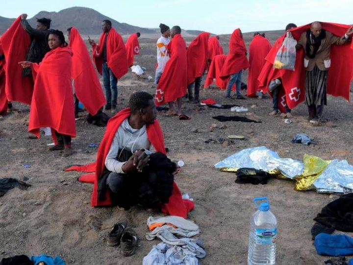 Desmantelan campamento de migrantes en Islas Canarias