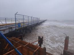 Enormes olas cubrieron muelle en Bilwi Managua. Radio La Primerísima