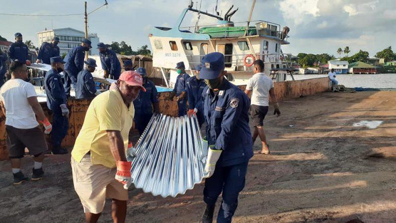 Descargan en Bluefields las láminas de zinc que van rumbo a Puerto Cabezas Managua. Radio La Primerísima