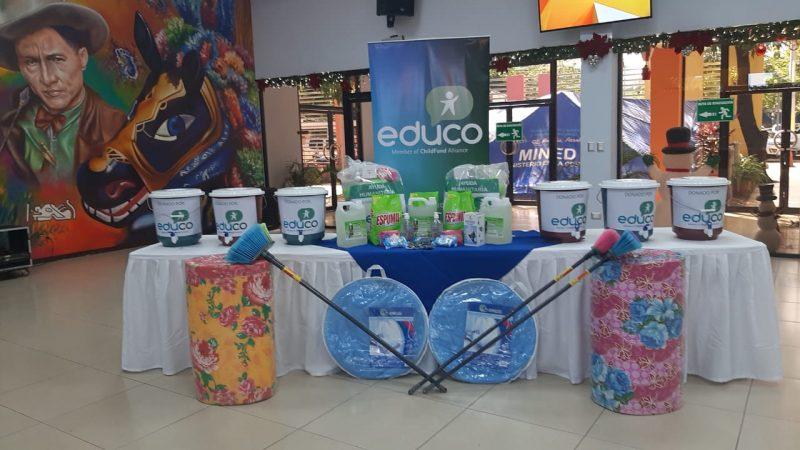 Donación para la comunidad educativa afectada por huracanes Douglas Midence. Radio La Primerísima