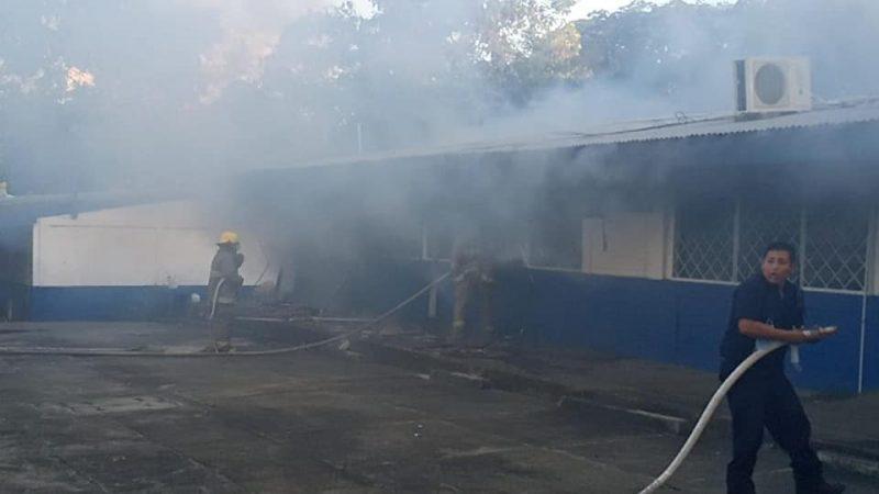 Incendio deja cuantiosos daños materiales en Colegio Experimental México Managua. Radio La Primerísima