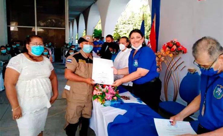 70 servidores del MIGOB se gradúan en ciencias y letras Managua. Radio La Primerísima