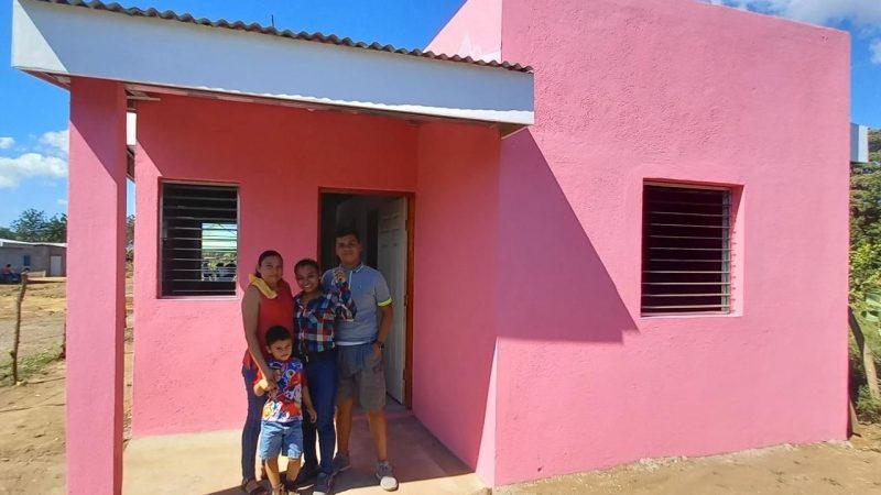 Familias de León reciben viviendas del programa Bismarck Martínez Managua. Radio La Primerísima