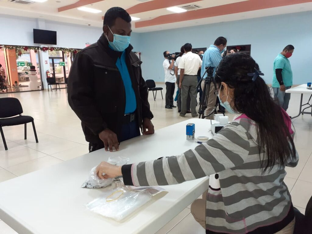 Miles de trabajadores de la salud reciben salario de diciembre Managua. Radio La Primerísima