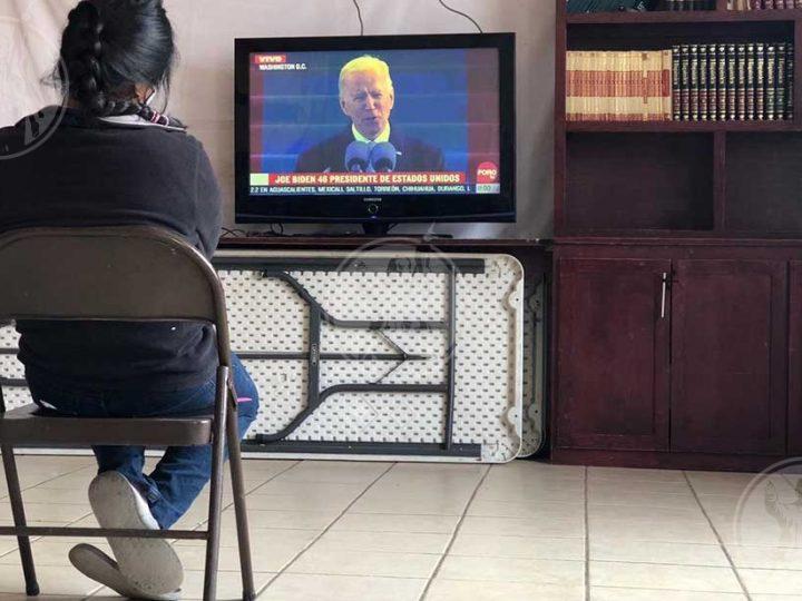 Migrantes en Juárez celebran investidura de Biden