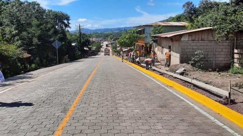 Mejoran vía principal de la comunidad El Naranjo Managua. Jerson Dumas/ Radio La Primerísima