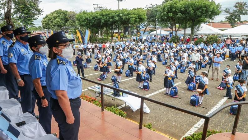 Entregan más de 12 mil mochilas escolares a hijos de policías Managua. Radio La Primerísima