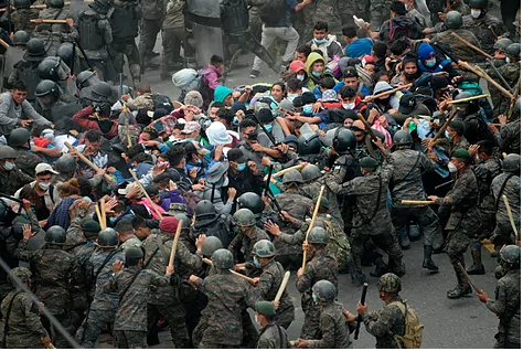 Guatemala detiene con violencia caravana de migrantes hondureños Agencia
