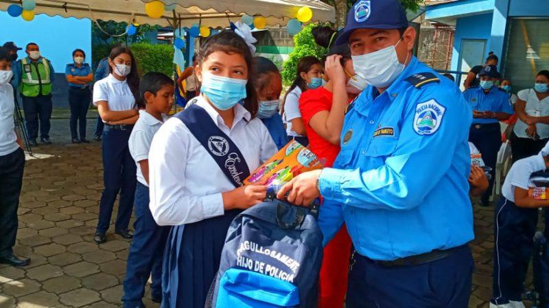 Hijos de policías reciben útiles escolares en Carazo Managua. Por Manuel Aguilar/Radio La Primerísima