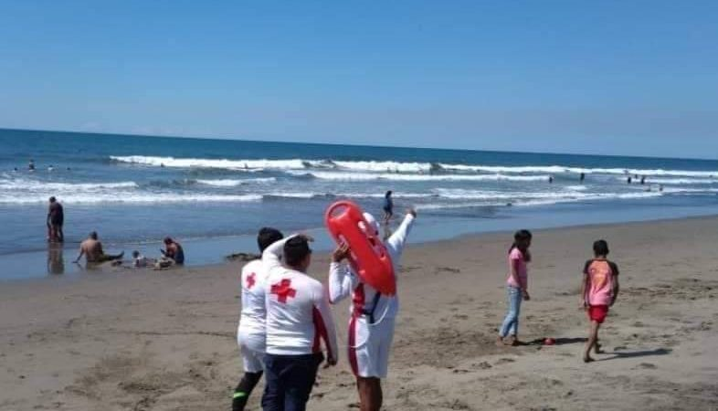 Buscan a joven arrastrado por enorme ola en Poneloya Managua. Radio La Primerísima