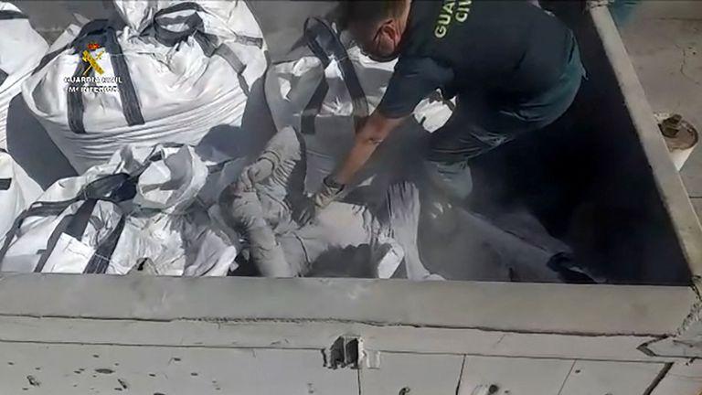 Encuentran a migrantes en sacos de ceniza y contenedores de vidrio Agencia