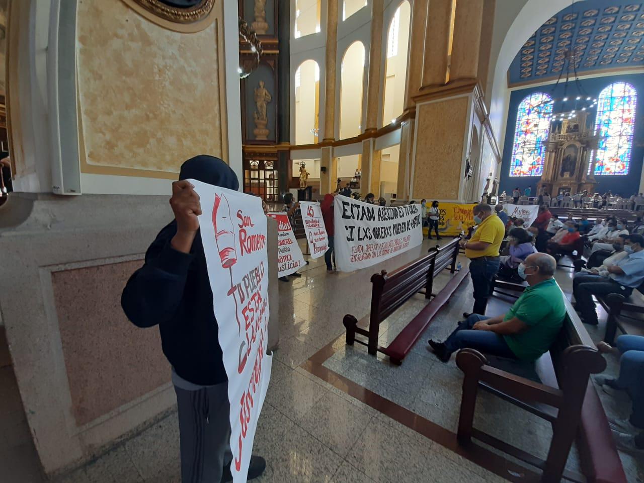 Protestan contra despidos en catedral de San Salvador San Salvador. Prensa Latina