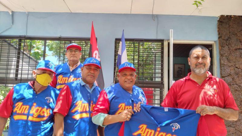 La Primerísima entrega uniforme a beisbolistas Managua. Radio La Primerísima