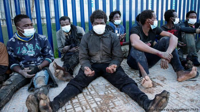 60 migrantes logran saltar la valla de Melilla Agencia