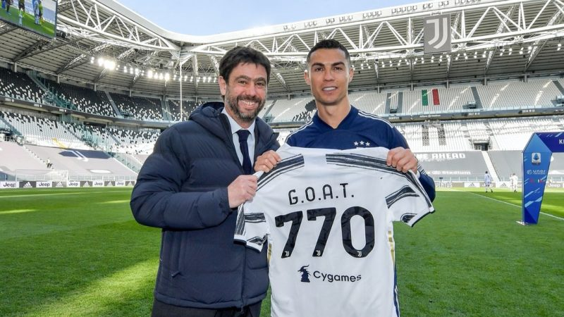 Ronaldo recibe una emotiva camiseta por su récord de goles RT