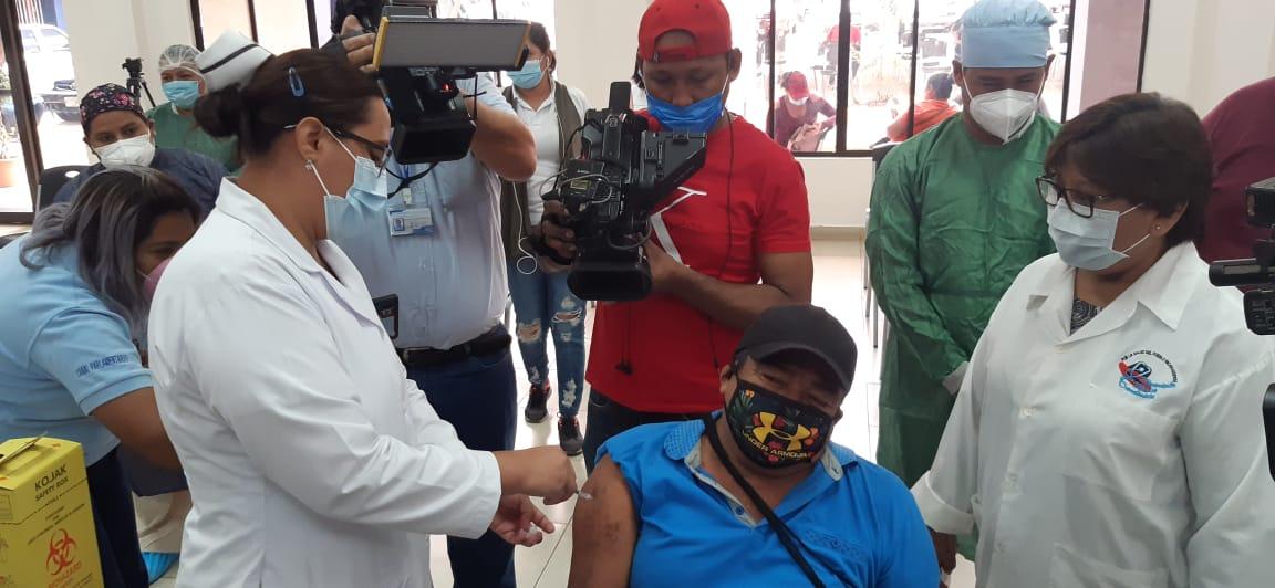 Vacunan a pacientes de hemodiálisis del hospital Bautista Managua. Prensa Latina