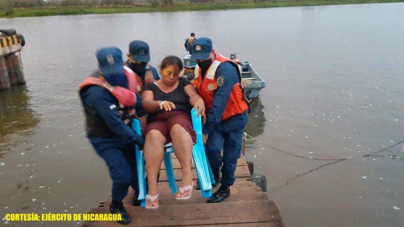 Trasladan a ciudadana por complicaciones de salud en San Carlos Managua. Radio La Primerísima