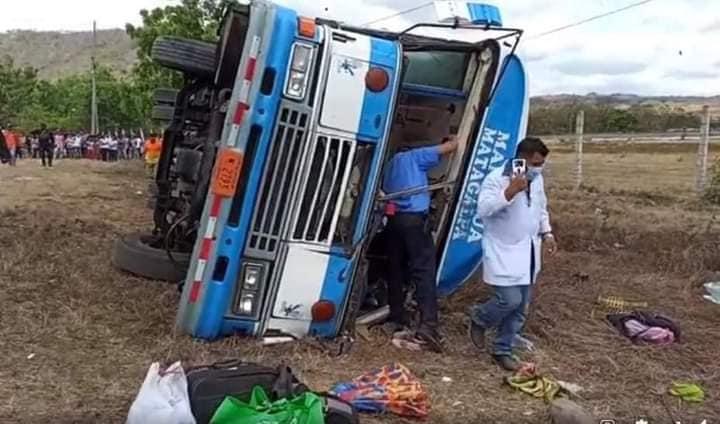 Varios lesionados tras vuelco de bus en Matagalpa Managua. Radio La Primerísima