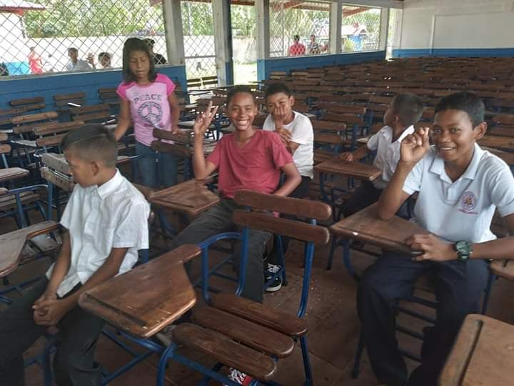 Llegan 300 nuevos pupitres en una escuela de Bilwi Managua. Radio La Primerísima