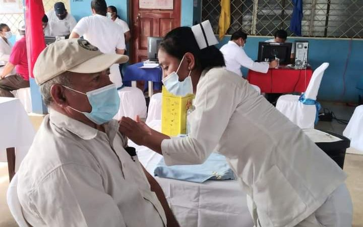 Adultos mayores reciben vacuna contra Covid-19 en Nandaime Managua. Alejandro César Osorio Murillo/Radio La Primerísima