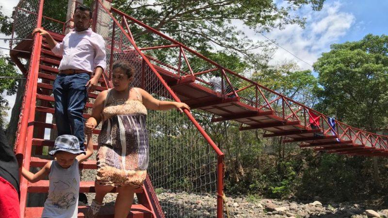 Habitantes Santa Lucía estrenan puente peatonal Managua. Radio La Primerísima