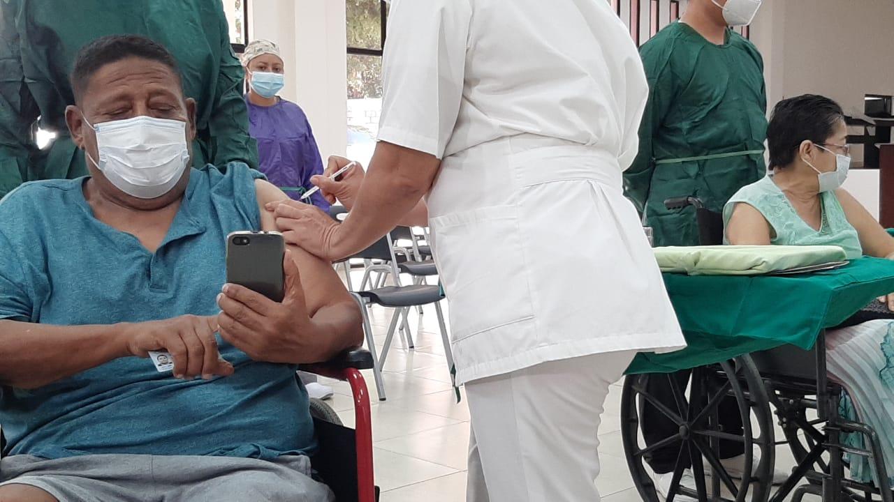 Completan dosis de vacuna contra el Covid-19 en pacientes de Managua Managua. Lisbeth González/ Radio La Primerísima