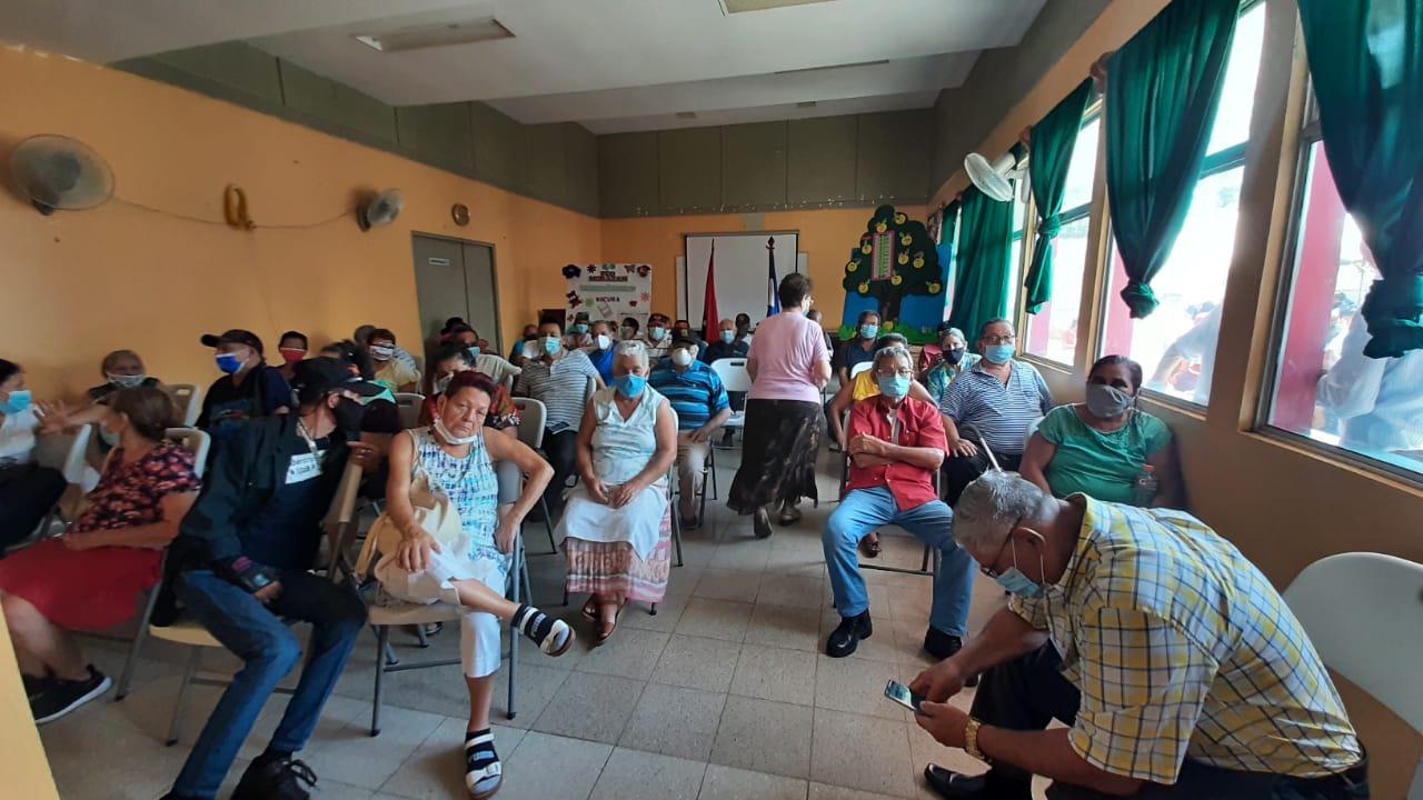 Adultos mayores reciben vacuna india Covishield Managua. Por Libeth González/Radio La Primerísima