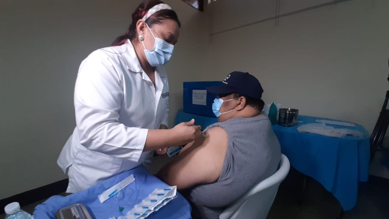 Vacunan a personal de salud contra Covid-19 Managua. Por Libeth González/Radio La Primerísima