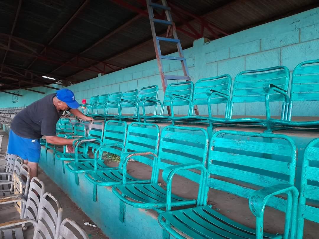 Pintan butacas del Estadio Héroes y Mártires de El Rosario Carazo. Manuel Aguilar/ Radio La Primerísima