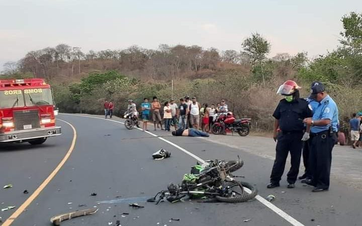 Motociclista muere tras impactar contra una camioneta Managua. Radio La Primerísima