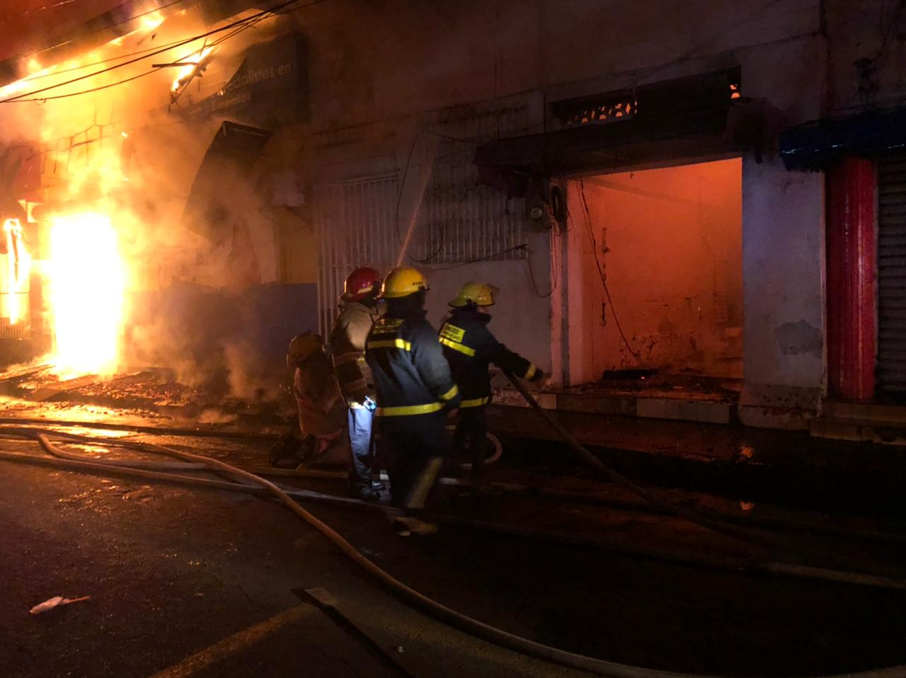 Incendio arrasa con 5 tiendas en mercado de Chinandega Managua. Radio La Primerísima