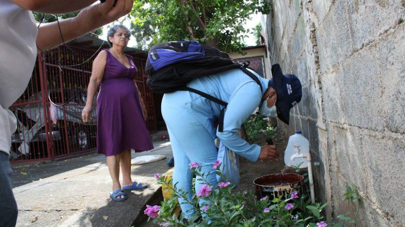 Fumigan viviendas en el barrio San Judas Managua. Radio La Primerísima