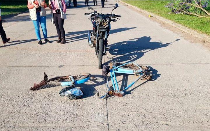 Un lesionado tras choque entre moto y una bicicleta