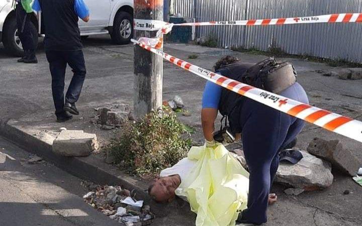 Ciudadano cae muerto en una de las calles de Altamira Managua. Radio La Primerísima
