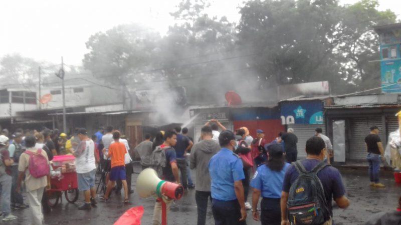 Incendio quema cinco tramos en mercado Oriental Managua. Radio La Primerísima