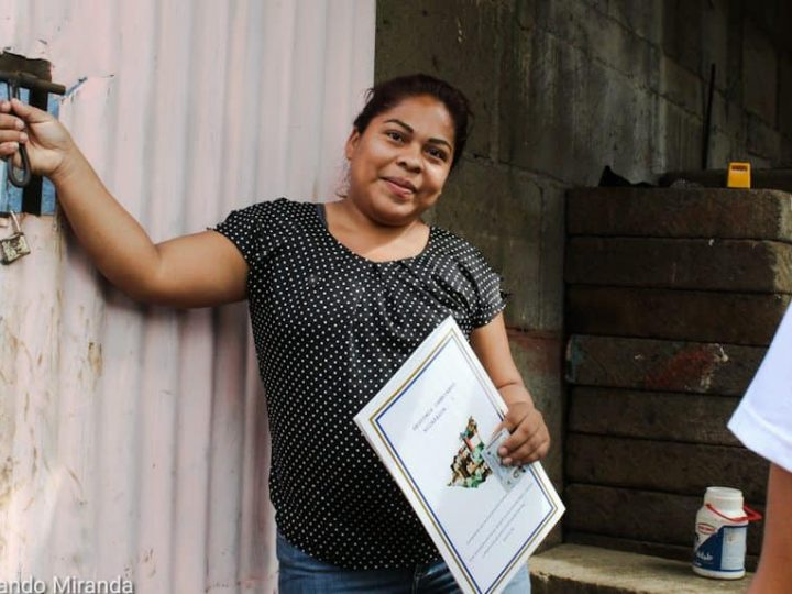 Entregan 71 títulos de propiedad en el Distrito III de Managua