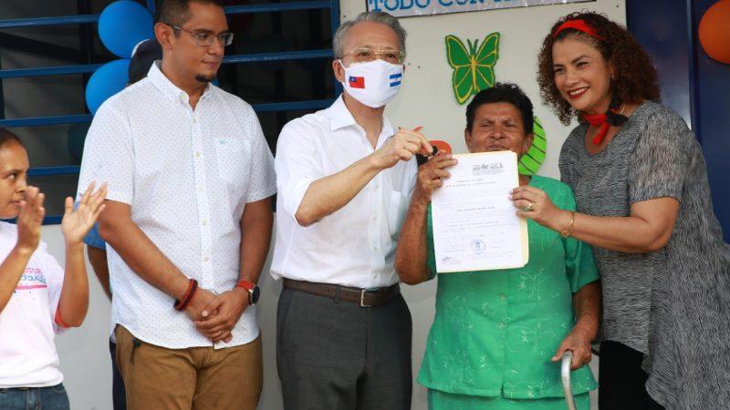 Entregan vivienda digna a capitalina Managua. Radio La Primerísima