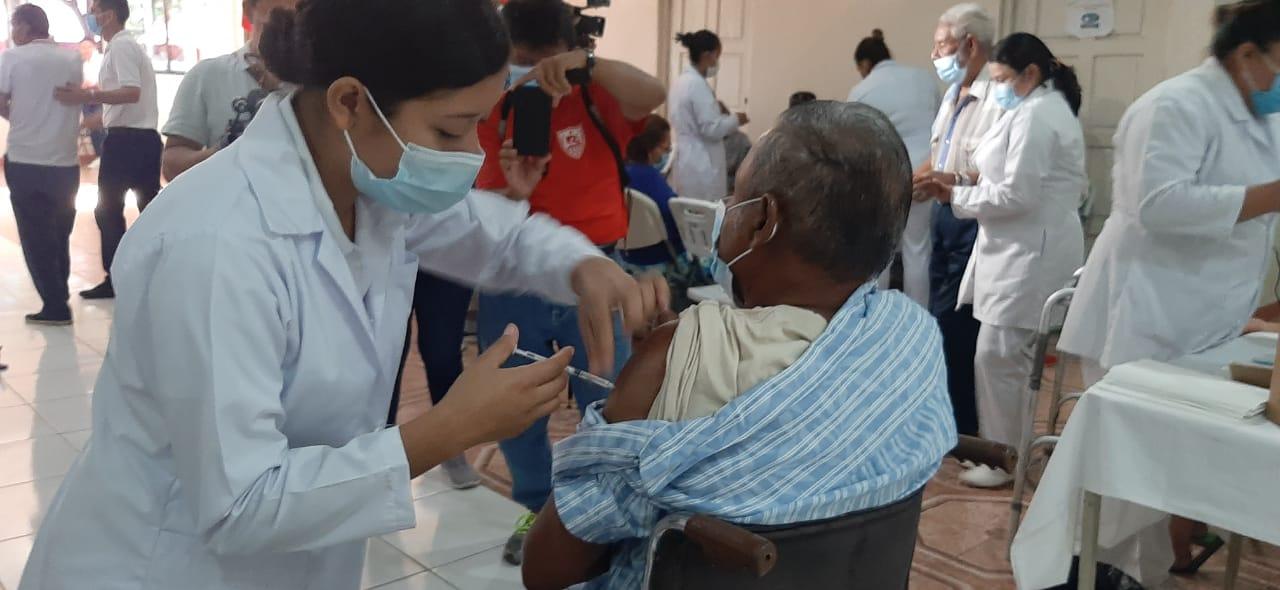 Capitalinos continúan recibiendo la segunda dosis de Covishield Managua. Lisbeth González / Radio La Primerisima