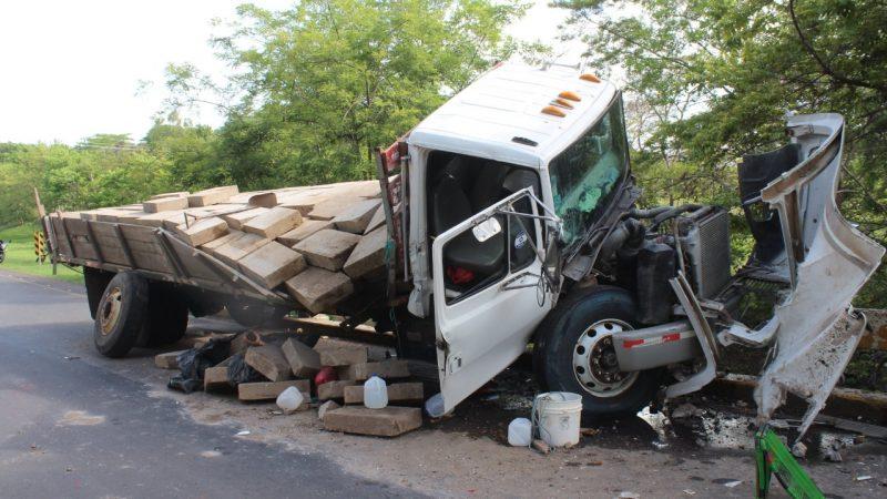 Camión cargado de piedras cantera choca contra puente Managua. Radio La Primerísima