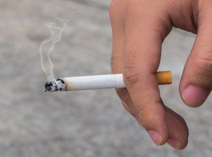 Covid-19 podría propagarse a través del humo del cigarro