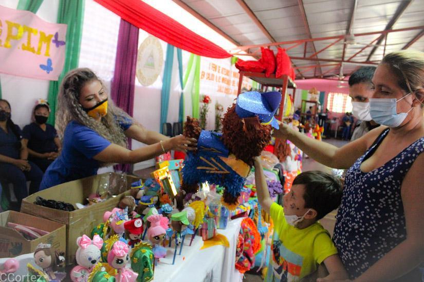 Reos del penitenciario de Tipitapa realizan feria de artesanías Managua. Radio La Primerisima