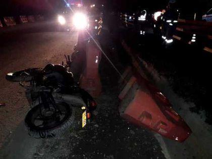 Motorizado se mata al estrellarse contra una cuneta en León Managua. Radio La Primerísima
