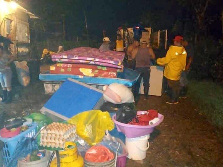 Evacuan a familias por desborde del Río Escondido